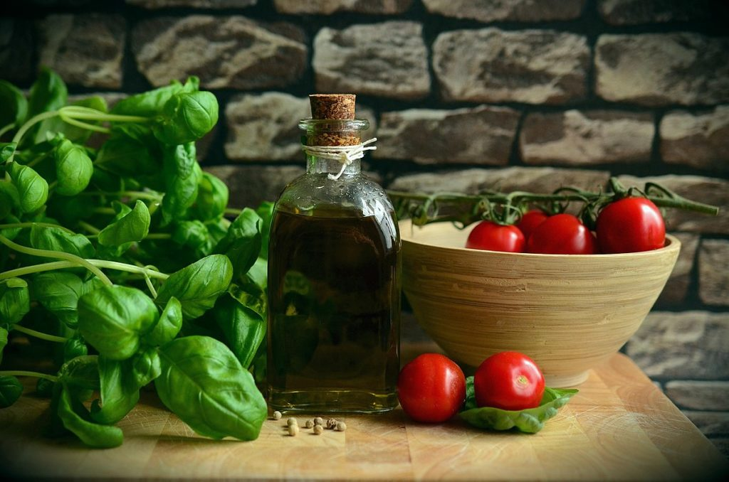 1200px-Olive-oil-1412361_1920